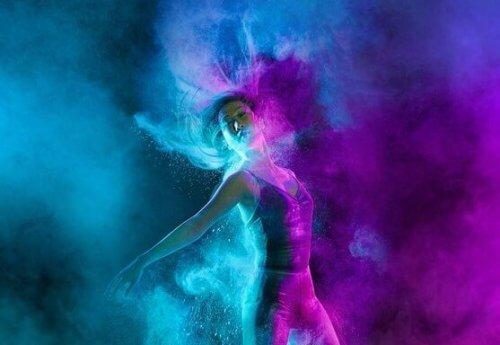 nainen tanssii värisumussa