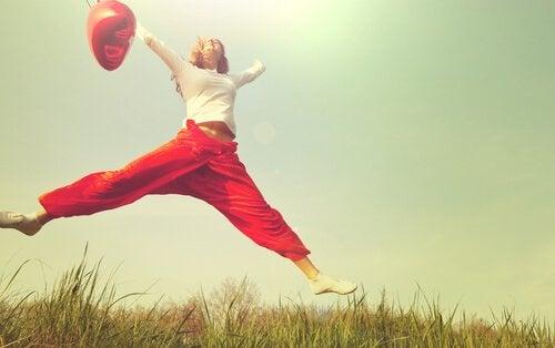 nainen hyppelee ulkona