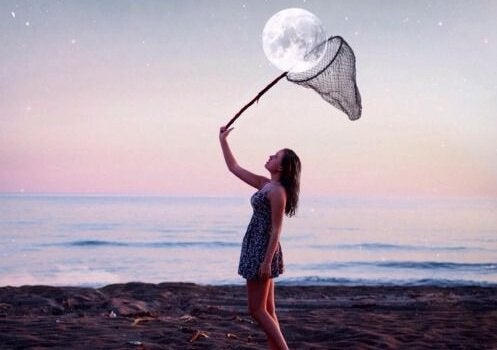 tyttö ottaa kuun kiinni haavilla
