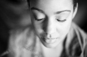 nainen sulkee silmänsä tunneälyn lisäämiseksi