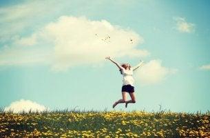 nainen hyppii kedolla