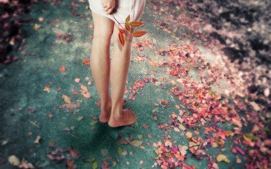 nainen paljain jaloin