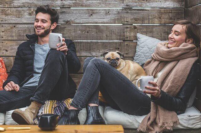 mies ja nainen nauttivat toistensa seurasta ja kahvista
