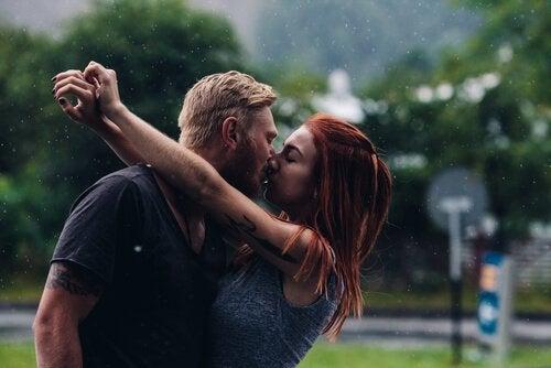 pariskunta suukottelee