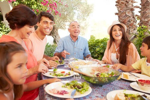perhe syö yhdessä