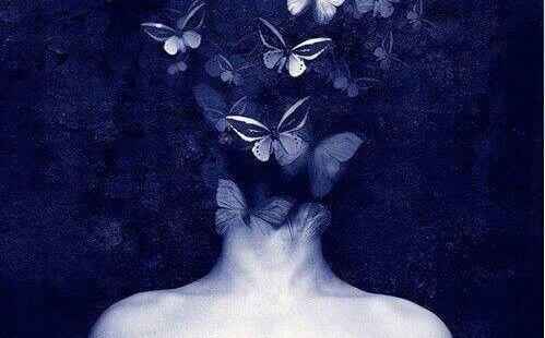 naisen hiukset ovat täynnä perhosia