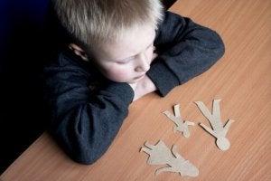 lapsi katsoo paperinukkeja perheestä