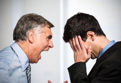 mies huutaa nuoremmalle miehelle