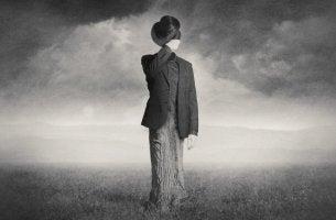 yksin ja kummallinen