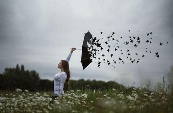 sateenvarjo hajoaa puunlehdiksi