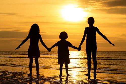 sisarukset rannalla