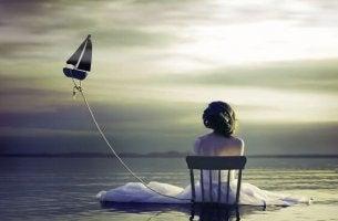 yksinäinen nainen ja purjevene