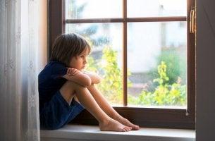 yksinäinen poika ikkunalaudalla