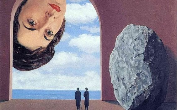 suuri naisen pää katsoo alas kahta pientä miestä