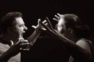 kaksi ihmistä riitelee