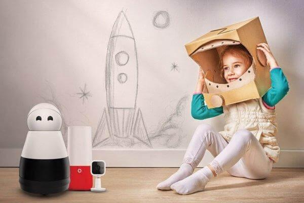 lapsi leikkii astronauttia