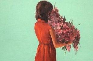 tyttö on saanut kukkia