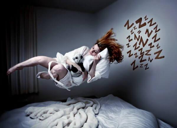 nainen leijuu nukkuessaan