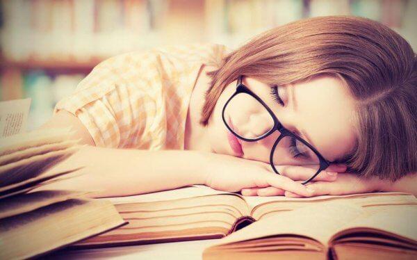 tytön täytyy nukkua kesken lukemisen