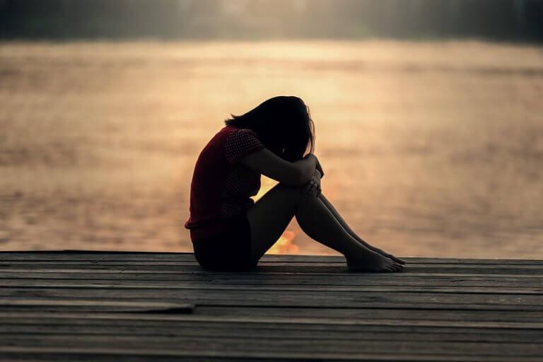 surullinen nainen laiturilla