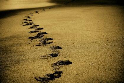 mitä meistä voi tulla - jalanjäljet hiekassa
