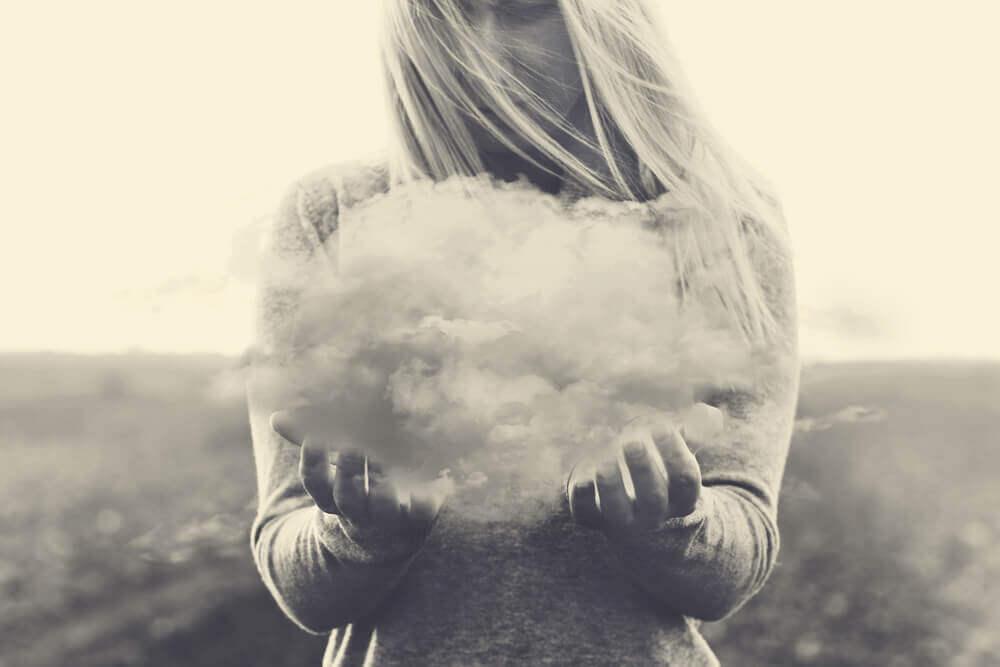 nainen pitelee käsissään pilveä