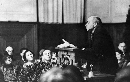 Alfred Adler puhujanpöntössä