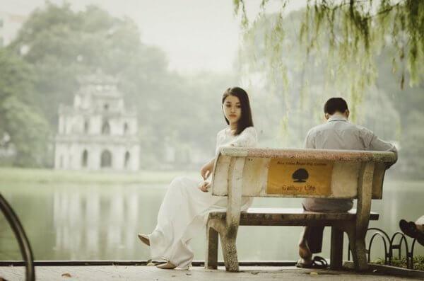 nainen ja mies penkillä