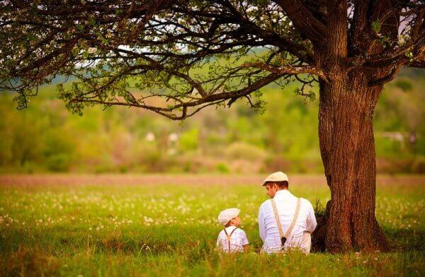 isä ja poika puun alla