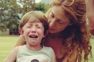 äiti tekee kaikkensa lapsen rauhoittamiseksi