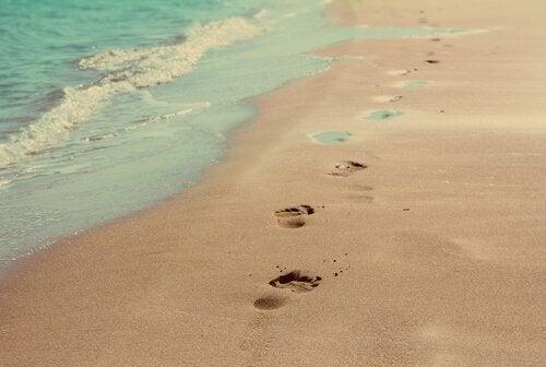 jalanjäljet hiekassa
