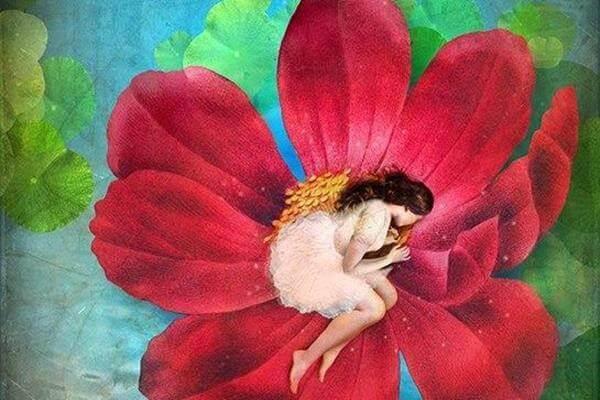 nainen nukkuu kukassa