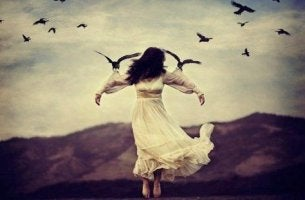 linnut lennättävät naista