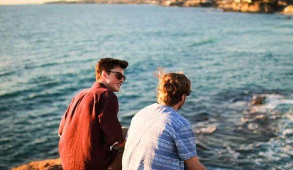 miehet lomalla yhdessä