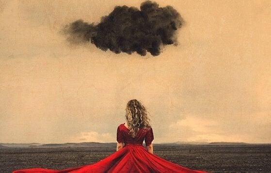 nainen punaisessa mekossa ja musta pilvi