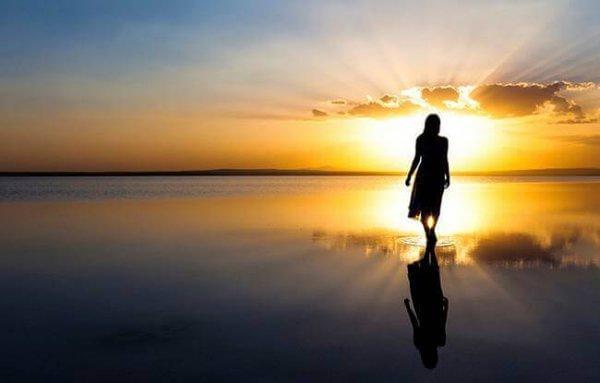 kävele auringonlaskussa positiivisen energian palauttamiseksi