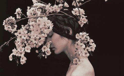 naisen päästä kasvaa oksia ja kukkia