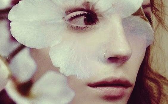 naisella kukka silmän ympärillä