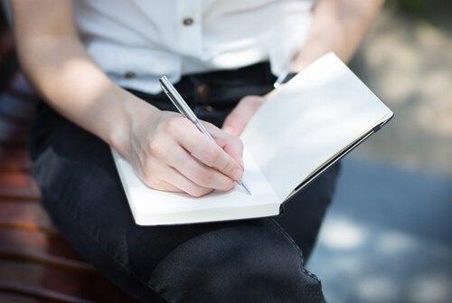 pakkomielteisten ajatusten käsitteleminen kirjoittamalla
