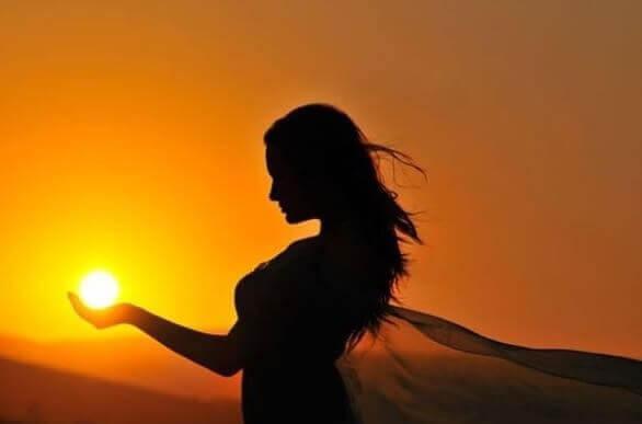 aurinko naisen kämmenellä