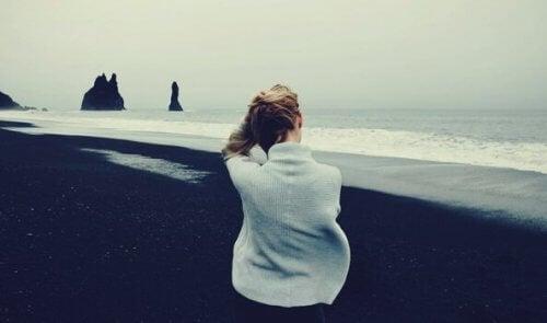 nainen yrittää käsitellä epävarmuuttaan yksinäisyydessä