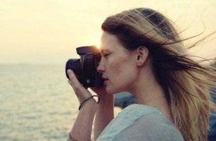 nainen ottaa maisemavalokuvan