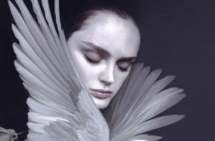 naisella linnun siivet