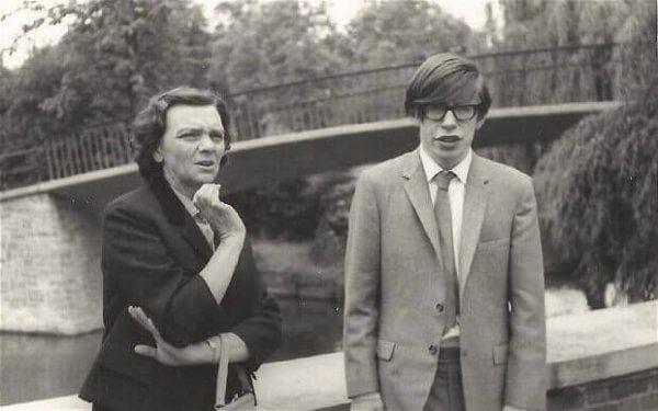 Stephen Hawking nuorena äitinsä kanssa