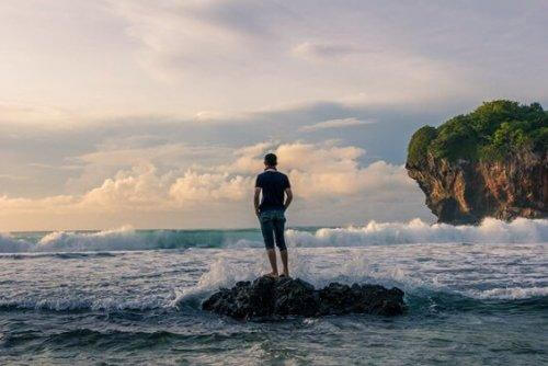 hiljaiset ihmiset: mies katselee merelle