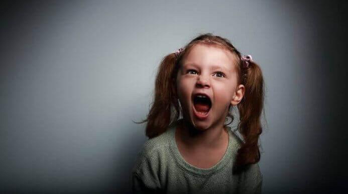 huutava pikkutyttö