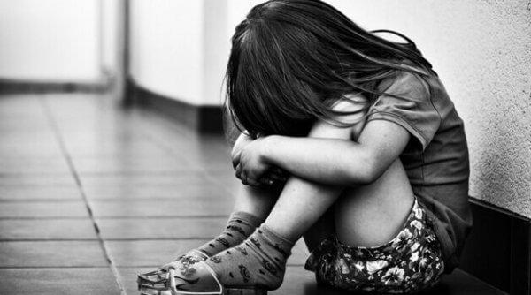 surullinen tyttö käytävällä