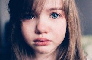 äidin poissaolo saa tytön itkemään
