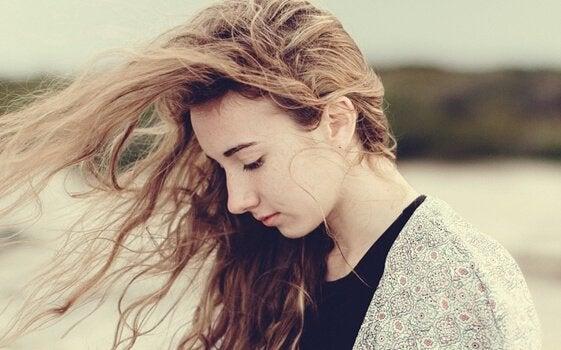 tyttö tuulessa