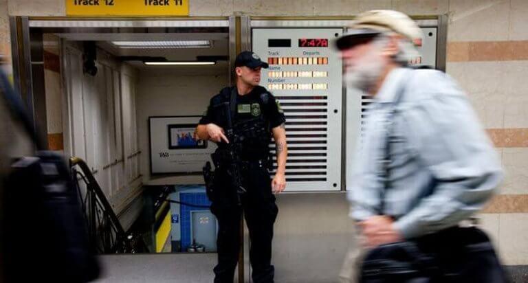 poliisi metroasemalla